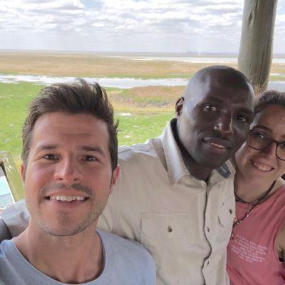 pareja de españoles en el parque nacional de amboseli, kenia